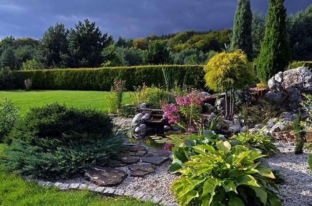 okrasná skalka v zahradě