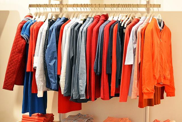 barevné košile na ramínkách