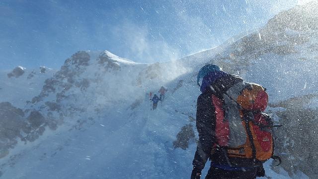 horolezec v horách