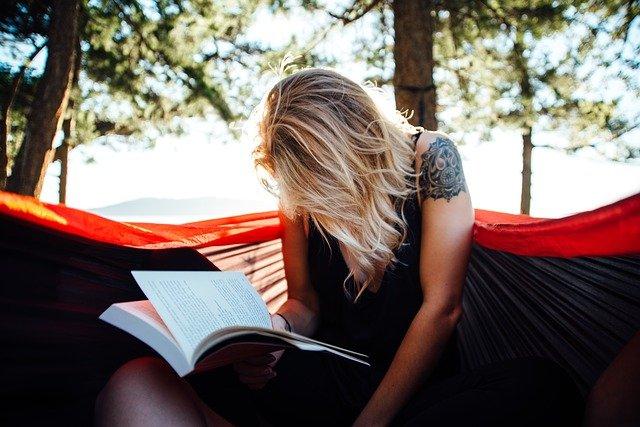 blond čtenářka